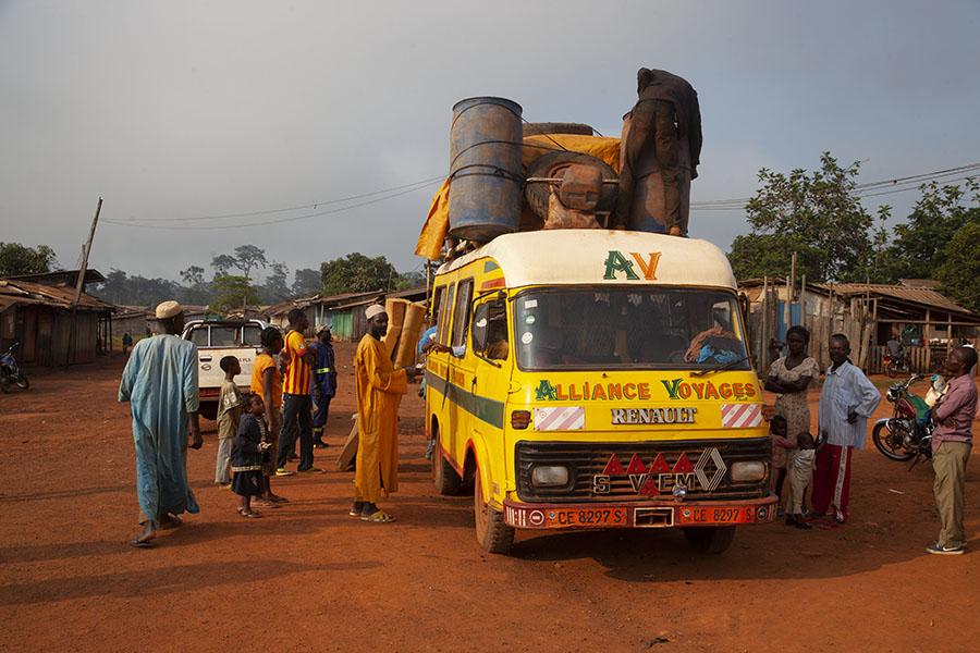 Bagage op de bus van Libongo naar Yokadouma binden