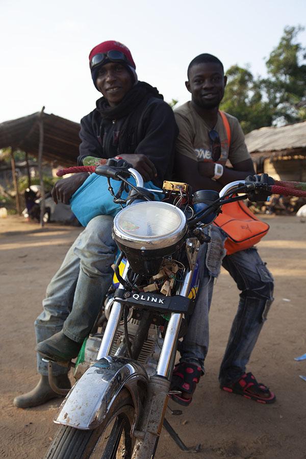 De motorrijder die me naar de grens met Kameroen bracht