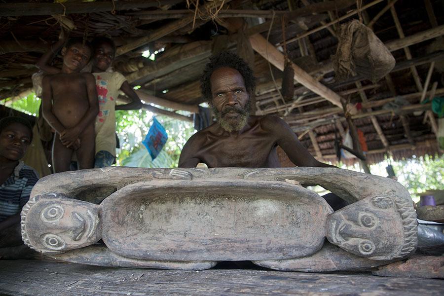Papua laat zijn houtsnijwerk zien