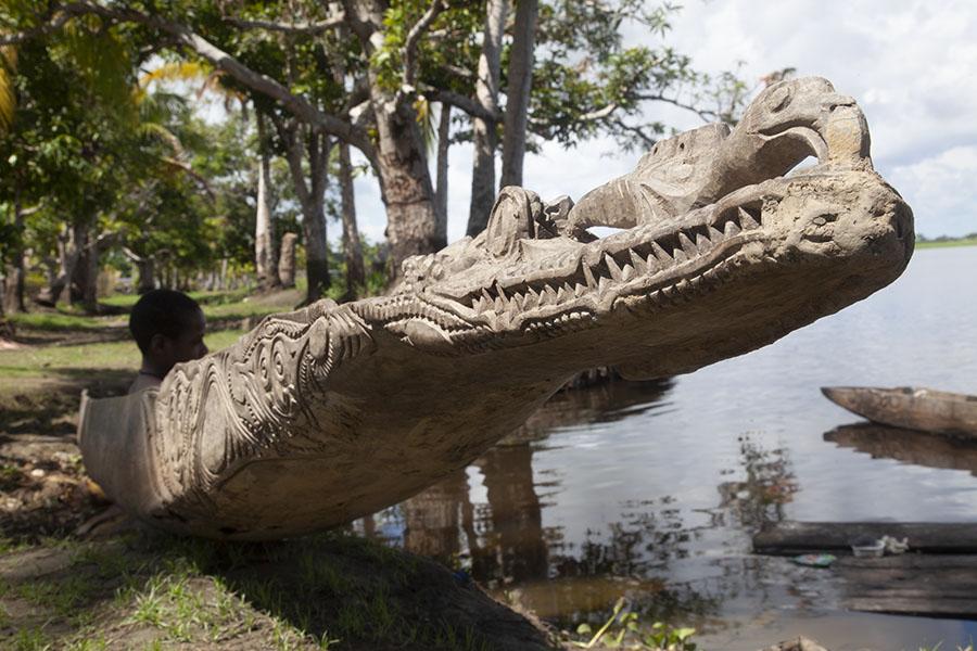 Krokodillenkop versiering op een kano in Angoram