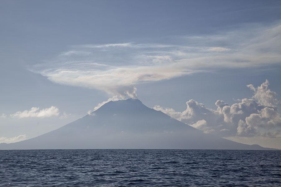 De Manam vulkaan in de ochtend