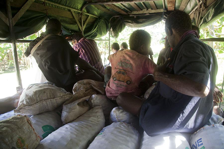In de PMV met de zakken betelnoot