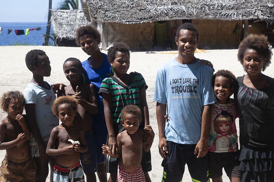 Dorpelingen aan de kust in Papoea Nieuw Guinea