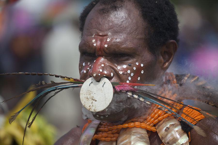 Papoea met decoraties door zijn neus