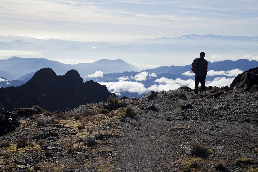 Gids in de buurt van de top van Mount Wilhelm, 4509m