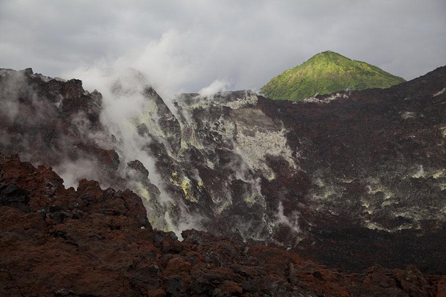 Binnenkant van krater van actieve vulkaan op Rabaul eiland