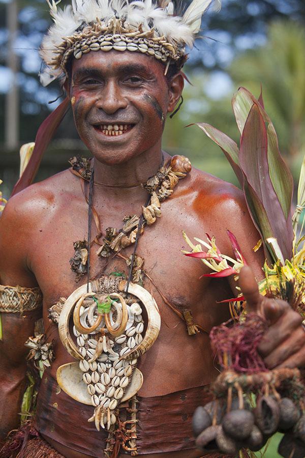 Papoea op de sing-sing in Madang