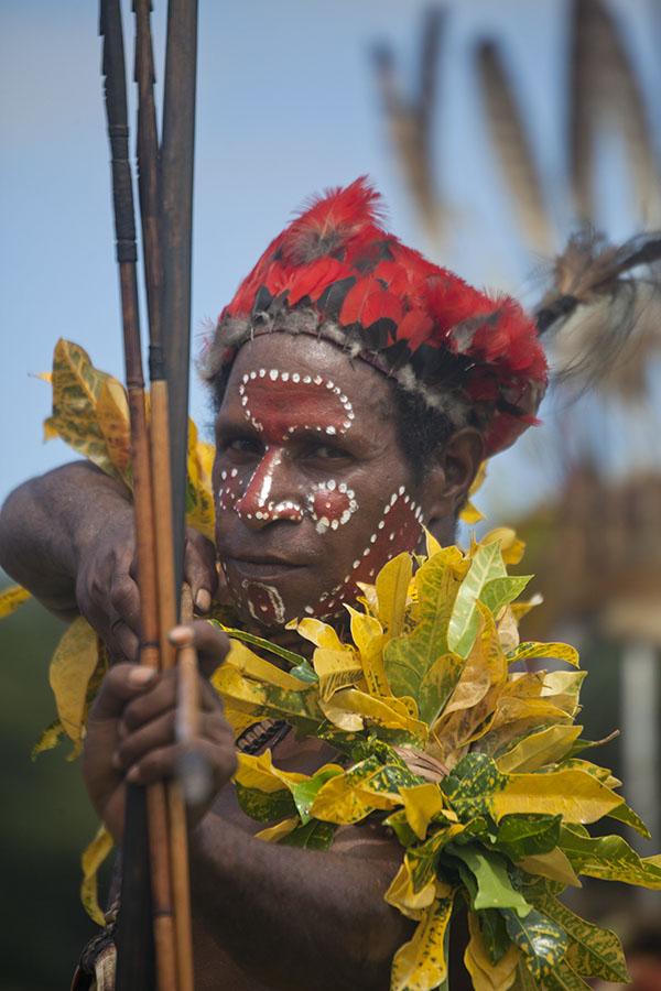 Papoea richt zijn pijl op het festival in Madang