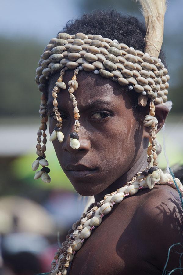 Schelpen decoraties op het hoofd van een meisje van de Kambaramba groep