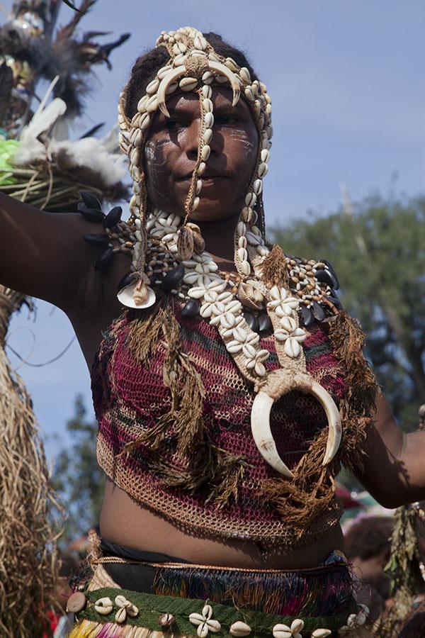 Meisje met schelpen en zwijnen versieringen op het festival van Madang